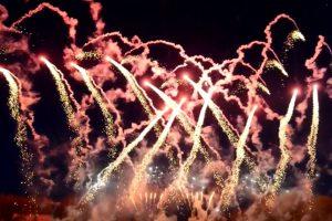 Zdjęcie z realizacji pokazu sztucznych goni na uroczystości w Łodzi.
